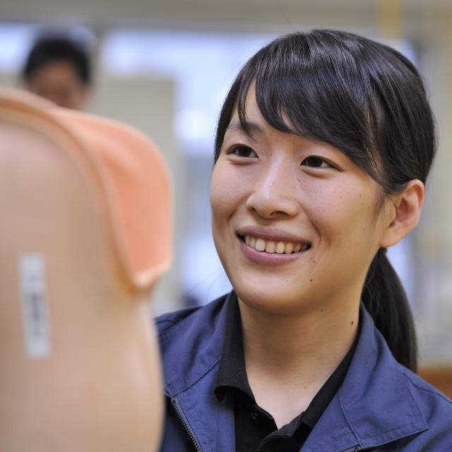 西武学園医学技術専門学校 東京新宿校 オープンキャンパス(義肢装具学科) 皮革に親しむ4