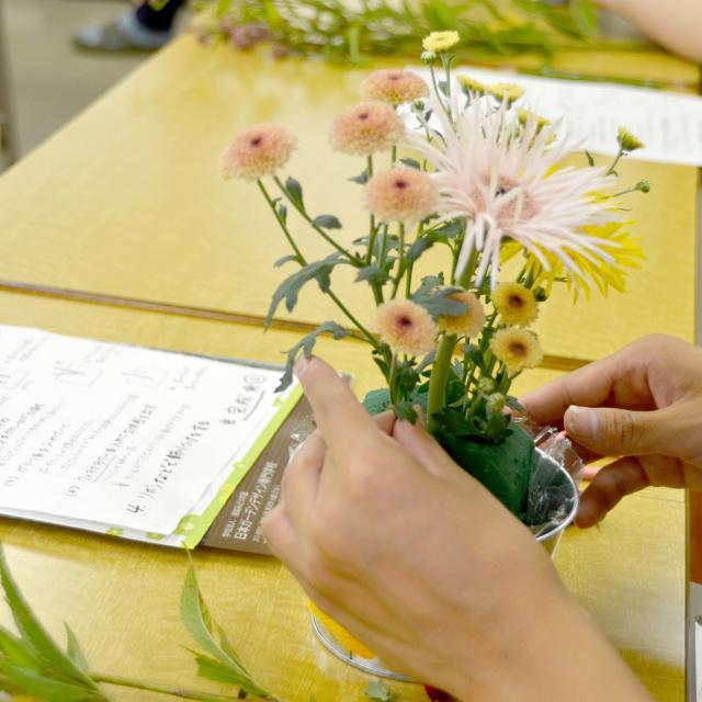 日本ガーデンデザイン専門学校 在校生が教える フラワーアレンジメント教室3