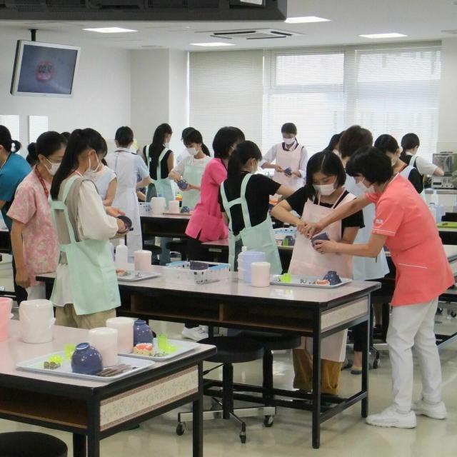 専門学校名古屋デンタル衛生士学院 手際の良さが勝負!!歯科材料の実習です1