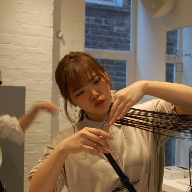 名古屋ファッション・ビューティー専門学校 実際に髪の毛をカットしてみよう!2