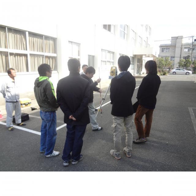 福岡国土建設専門学校 見て、測って測量体験1