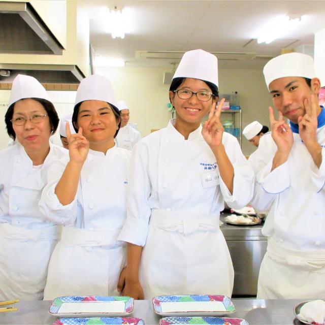沖縄調理師専門学校 肉のうま味とソースの絡みがいい!ビーフストロガノフを作ろう2