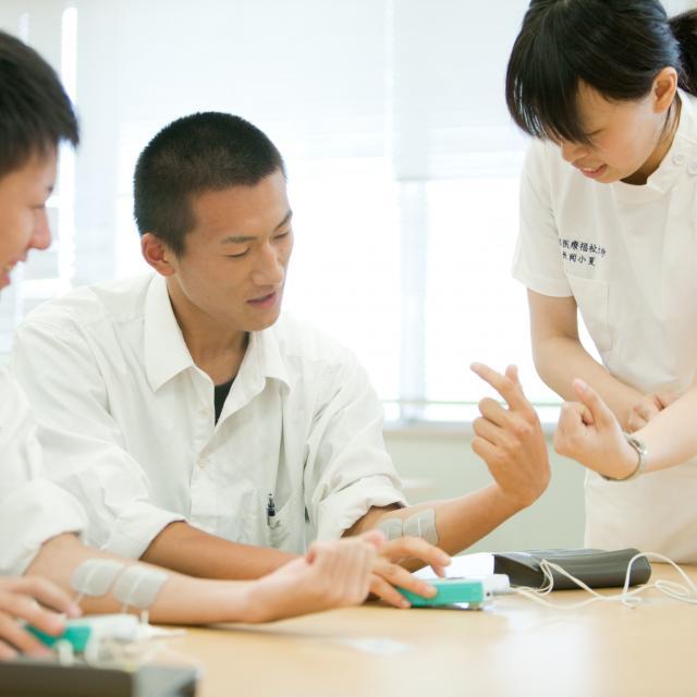 新潟医療福祉大学 【理学療法士】の仕事体験!うまく捲けるかな?テーピング体験!1