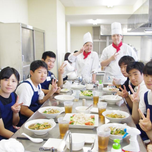 愛知調理専門学校 鍋ふりに挑戦!本格中華コンロでチャーハンを作ろう!3