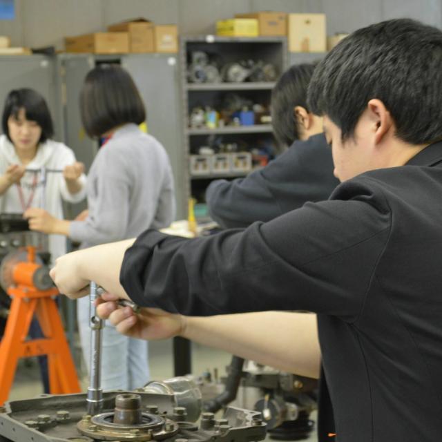 中日本自動車短期大学 こんな体験もできちゃう!?整備士の体験してみよう!1