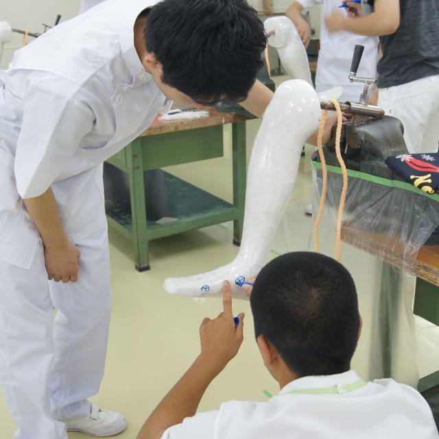 専門学校 日本聴能言語福祉学院 【義肢装具学科】ギプス包帯で身体の型取りをしてみよう!4