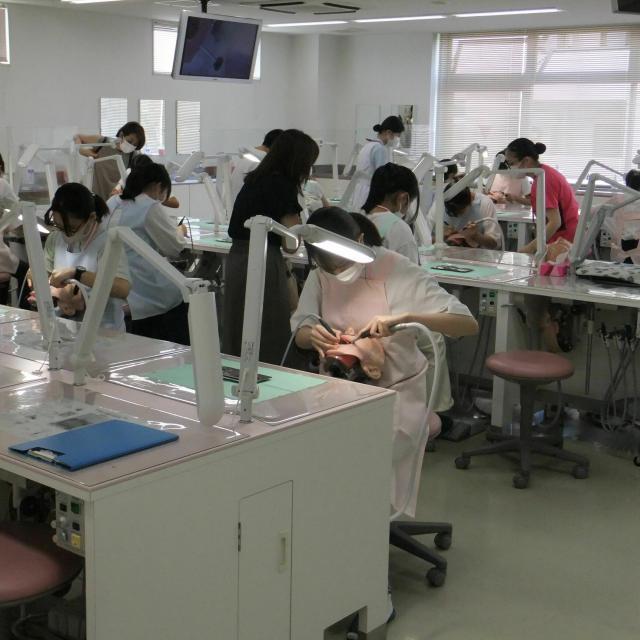 専門学校名古屋デンタル衛生士学院 人口プラークを削り取ります超音波スケーラーの実習1