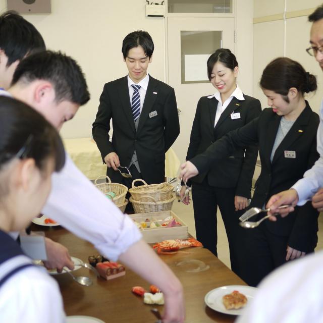 仙台YMCA国際ホテル製菓専門学校 ホテルサービスの極意を学ぼう1