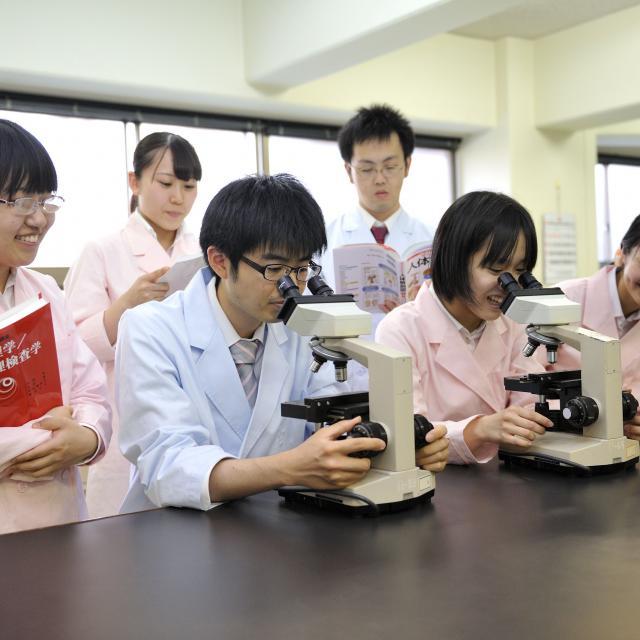 西武学園医学技術専門学校 オープンキャンパス(臨床検査技師科)細菌・組織観察1