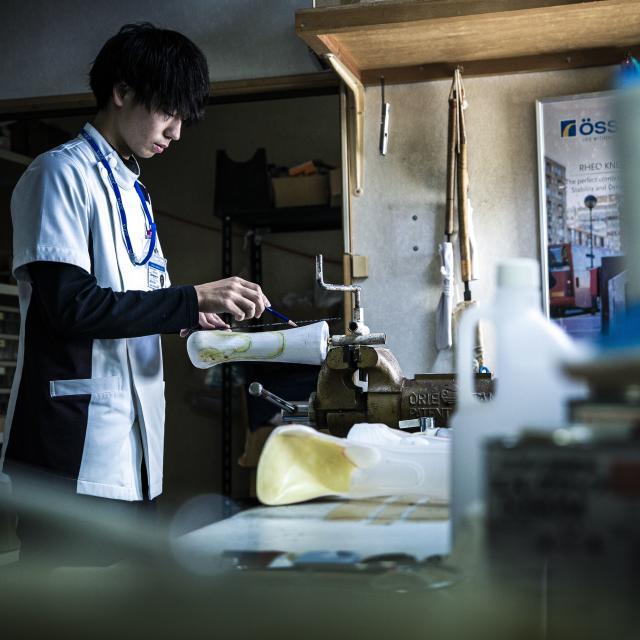 """北海道ハイテクノロジー専門学校 もの作りを目指すなら医療国家資格""""義肢装具士""""!義足を作る!1"""