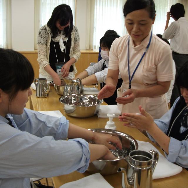 町田福祉保育専門学校 【介護】手浴体験:アロマでほっこりリラックス♪1