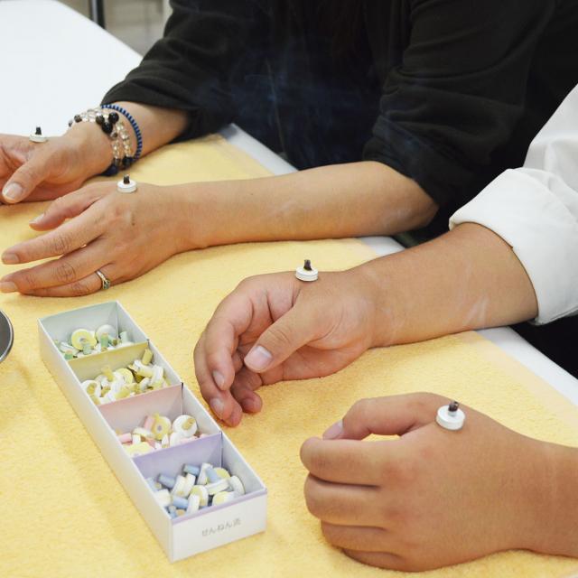 新宿医療専門学校 灸体験『お灸で春を乗り切ろう』3