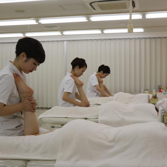 YIC京都ビューティ専門学校 スリミングマッサージ体験3