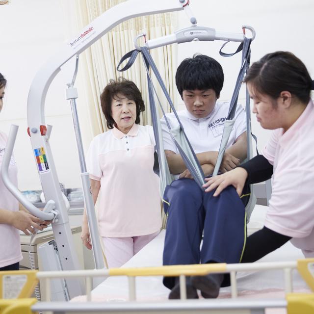大阪千代田短期大学 介護のロールプレイ、電動リフト使用体験4