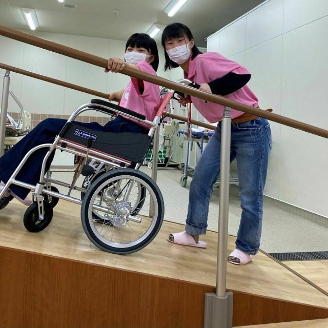 仙台医療秘書福祉専門学校 【職業体験】介護車いす体験!1