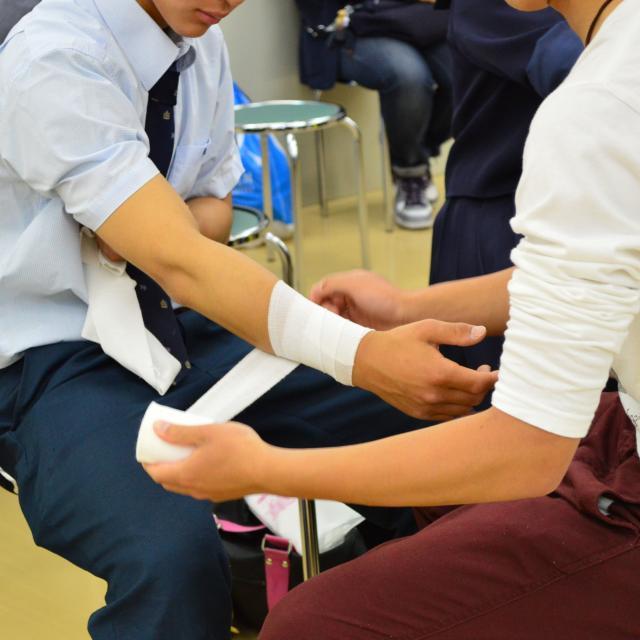 福島医療専門学校 【柔整科】部活の怪我に役立つ!デーピング技術を学ぼう!1
