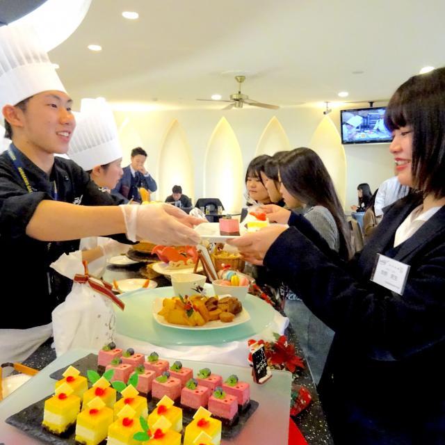 大阪調理製菓専門学校ecole UMEDA 【AO入試エントリー資格取得】桜の和ロール&苺ビュッフェ3