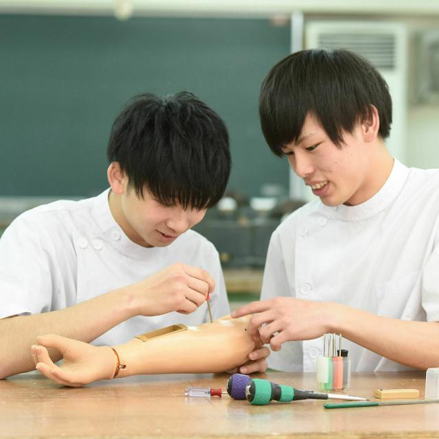 専門学校 日本聴能言語福祉学院 【義肢装具学科】筋電義手を操作してみよう!2