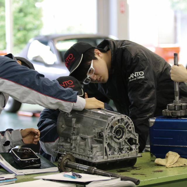 関東工業自動車大学校 マニュアル車のトランスミッション分解技術を先取り!1