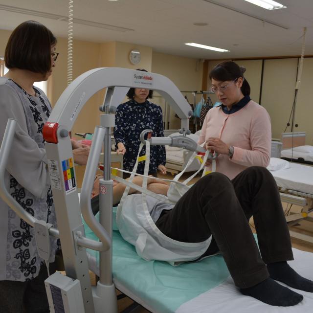 千住介護福祉専門学校 模擬授業「リフトに乗ってらくらく介護~福祉用具体験~」1