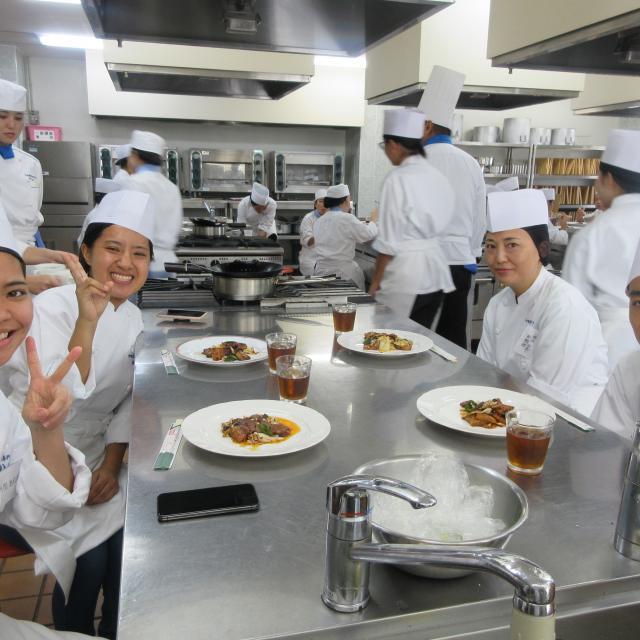 沖縄調理師専門学校 肉のうま味とソースの絡みがいい!ビーフストロガノフを作ろう3