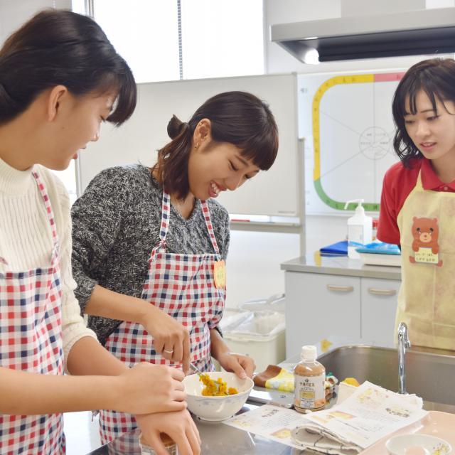 横浜保育福祉専門学校 体験入学 おいしい絵本シリーズ♪いちごパフェをつくろう★2