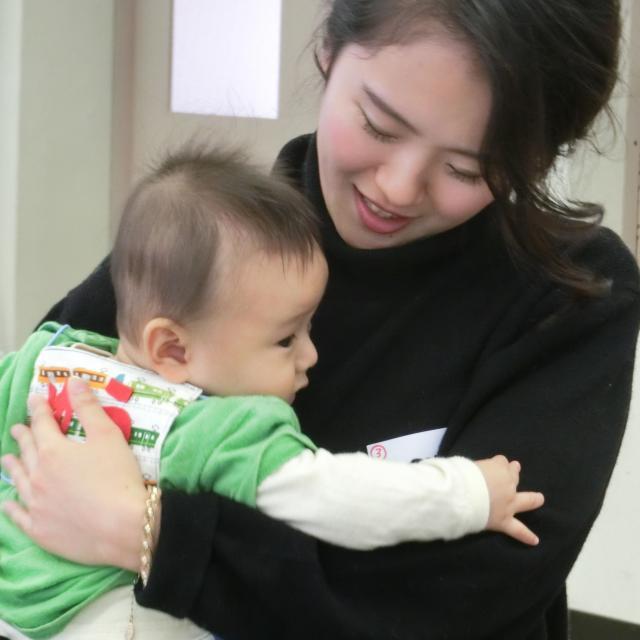 芦屋大学 【実際に子どもと触れ合おう!】 赤ちゃん先生ふれあい体験1