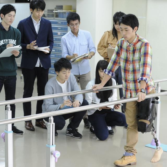 専門学校 日本聴能言語福祉学院 【義肢装具学科】ホンモノの義足に触れてみよう!4