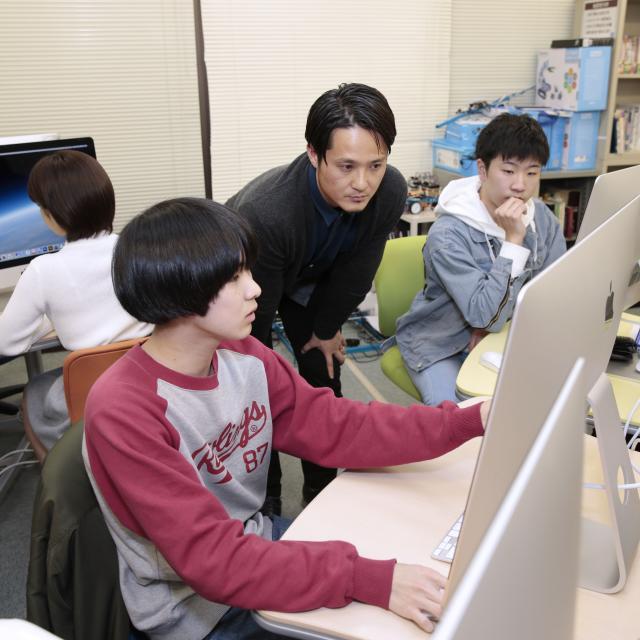 駿台電子情報&ビジネス専門学校 自分で考えたキャラクターをMacを使って描いてみよう!2
