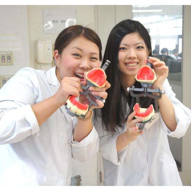 新大阪歯科技工士専門学校 [歯科技工士]平日(10:00~19:00)の都合の良い2時間見学1