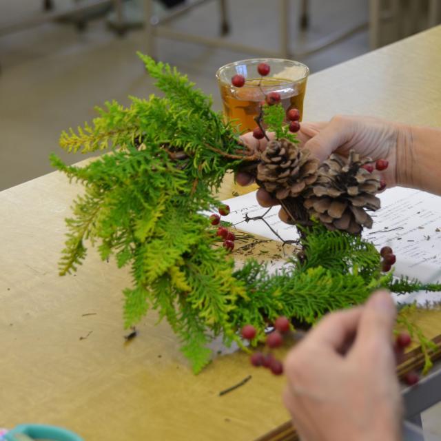 日本ガーデンデザイン専門学校 ナチュラル素材のクリスマスリースづくり2