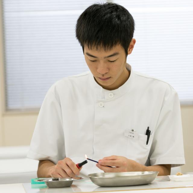 新宿医療専門学校 灸体験『お灸で春を乗り切ろう』2