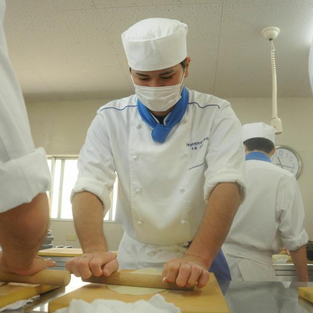 沖縄調理師専門学校 みんな大好き!手打ち沖縄そば作り体験2