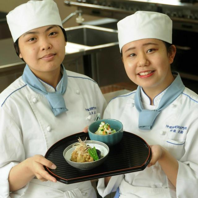 沖縄調理師専門学校 だしが香る、美味しい煮物にチャレンジ! 調理実習体験1