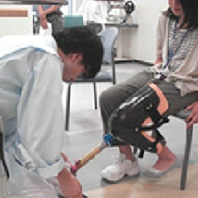 西武学園医学技術専門学校 東京新宿校 オープンキャンパス(義肢装具学科) 皮革に親しむ2