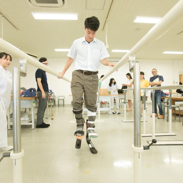新潟医療福祉大学 【義肢装具士】の仕事体験!スポーツ用模擬義足を体験!1