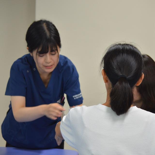新宿医療専門学校 キネシオテープを貼ってみよう! ~スポーツ好きは必見です~2