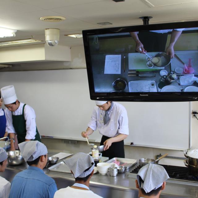 悠久山栄養調理専門学校 小麦粉タンパク「グルテン」とは~ナンとドライカレー~3