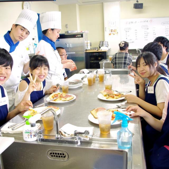 愛知調理専門学校 揚げ物のコツ。海老と夏野菜のサクサク☆天丼2