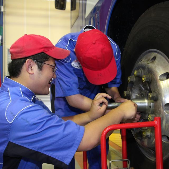 大型トラック整備・燃料電池自動車