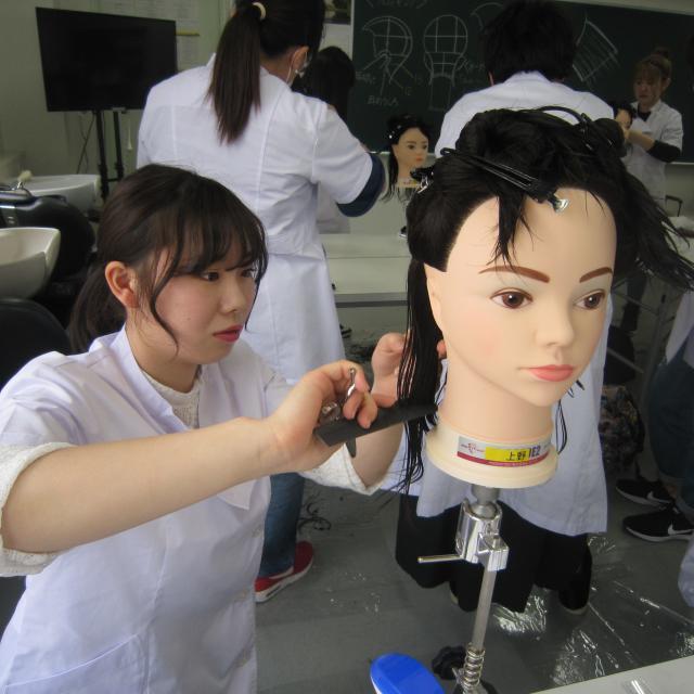 マリールイズ美容専門学校 夏先取り!今年の夏のトレンドヘアーを切ってみよう&マツエク1