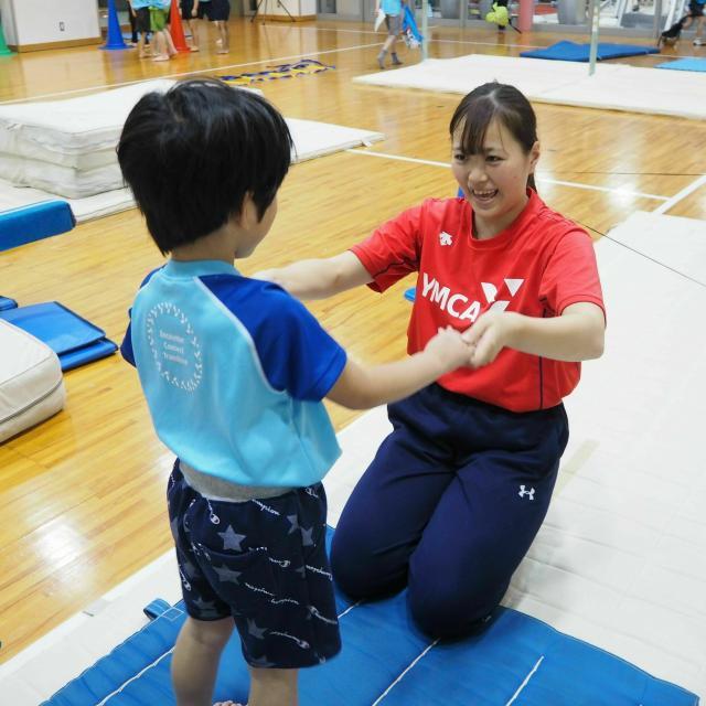 横浜YMCAスポーツ専門学校 実際に子どもたちと触れ合える!YMCA体操クラスで指導体験1