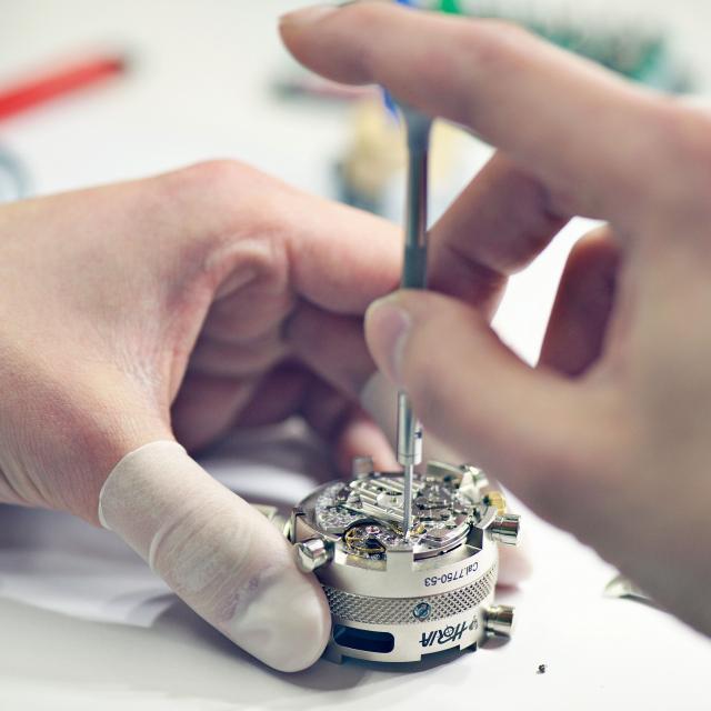 専門学校ヒコ・みづのジュエリーカレッジ大阪 スイス機械式時計分解・組立実習4