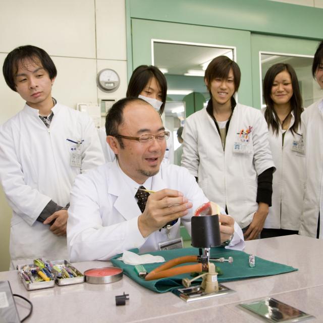 埼玉歯科技工士専門学校 小さな「入れ歯」を作ってみよう! プレ授業1