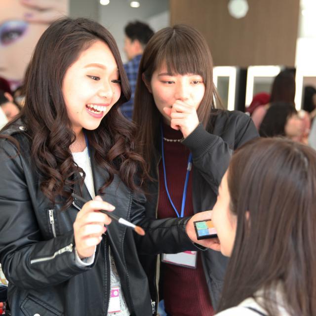 大阪ベルェベル美容専門学校 バレンタインにピッタリなヘアアレンジやメイクを体験しよう♪3