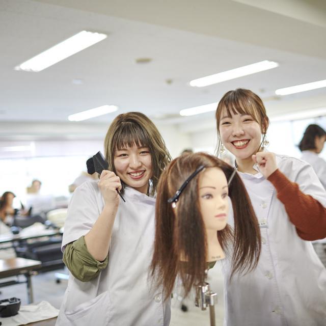 マリールイズ美容専門学校 手作りヘアミストで髪に潤いを!! &癒しのハンドマッサージ♪2