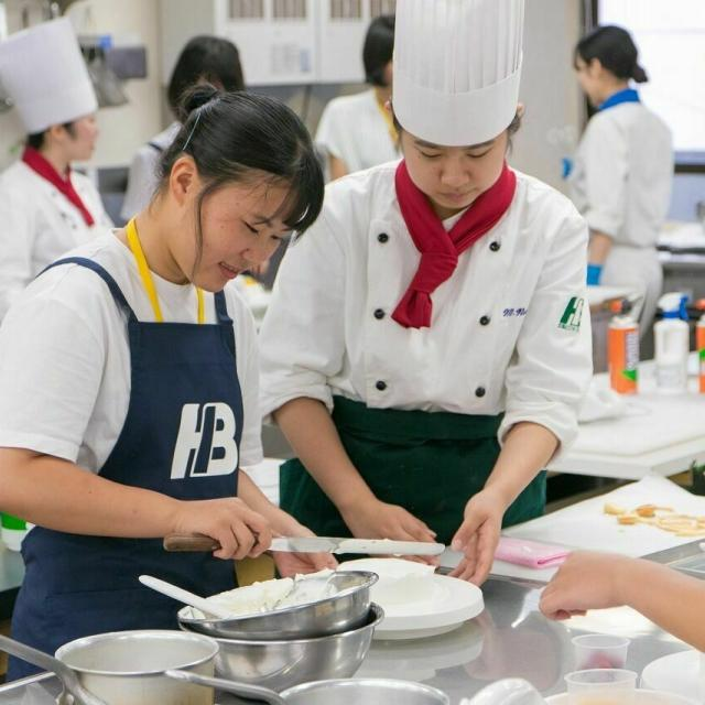 広島会計学院ビジネス専門学校 楽しく一人一台『イチゴのヨーグルトケーキ』を作ろう♪2