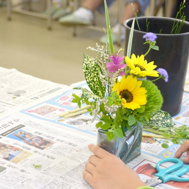 日本ガーデンデザイン専門学校 フラワーショップのディスプレイ方法を学ぶ1
