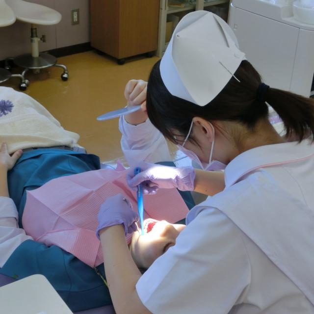 熊本歯科技術専門学校 歯科衛生士科 お口の周りの筋肉を美味しくトレーニング!1