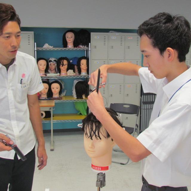 パリ総合美容専門学校 柏校 美容業界で大活躍!プロのメイクを間近で見られる大チャンス2